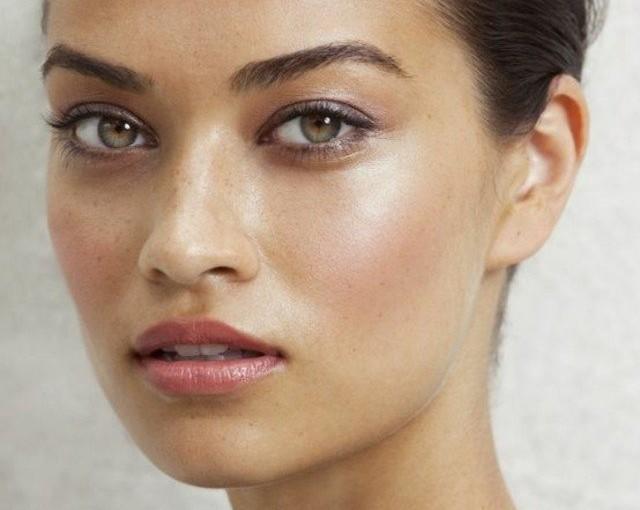 Le maquillage des yeux marrons pour peau mate