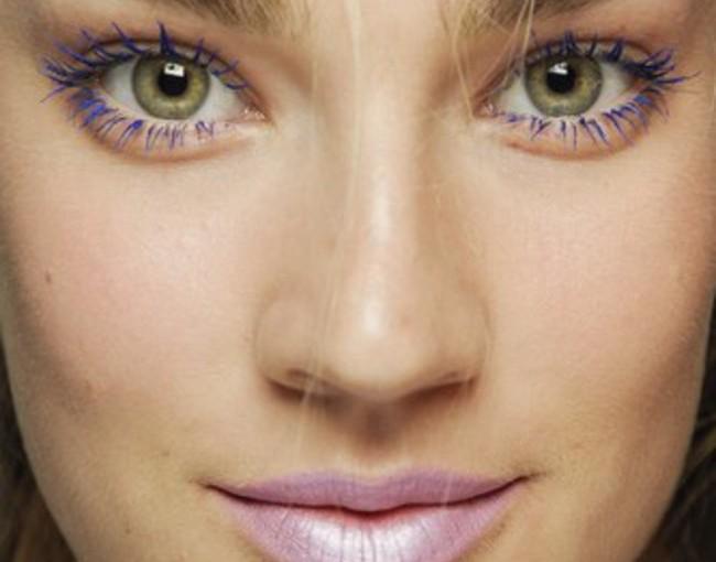 Le maquillage des yeux verts pour cheveux blonds